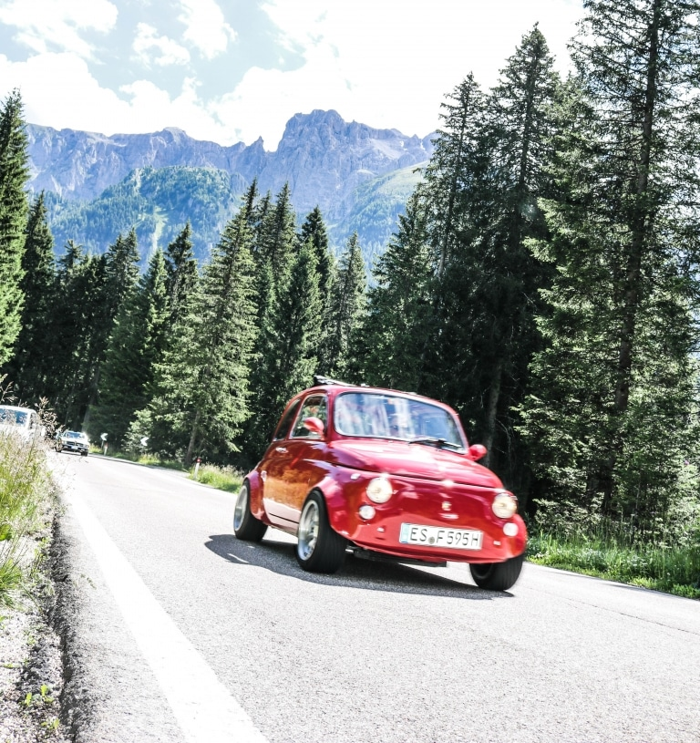 Rotes, kleines Auto fährt