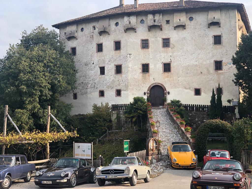 Autos vor altem Gebäude