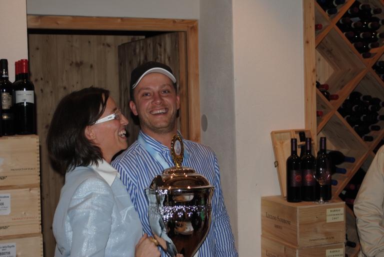 Stolzes Paar mit Pokal
