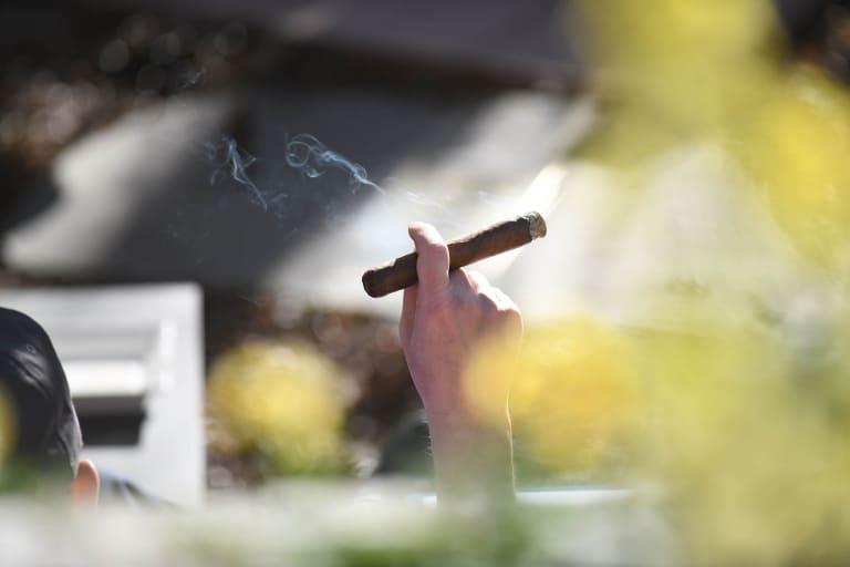 Zigarre rauchender Mann