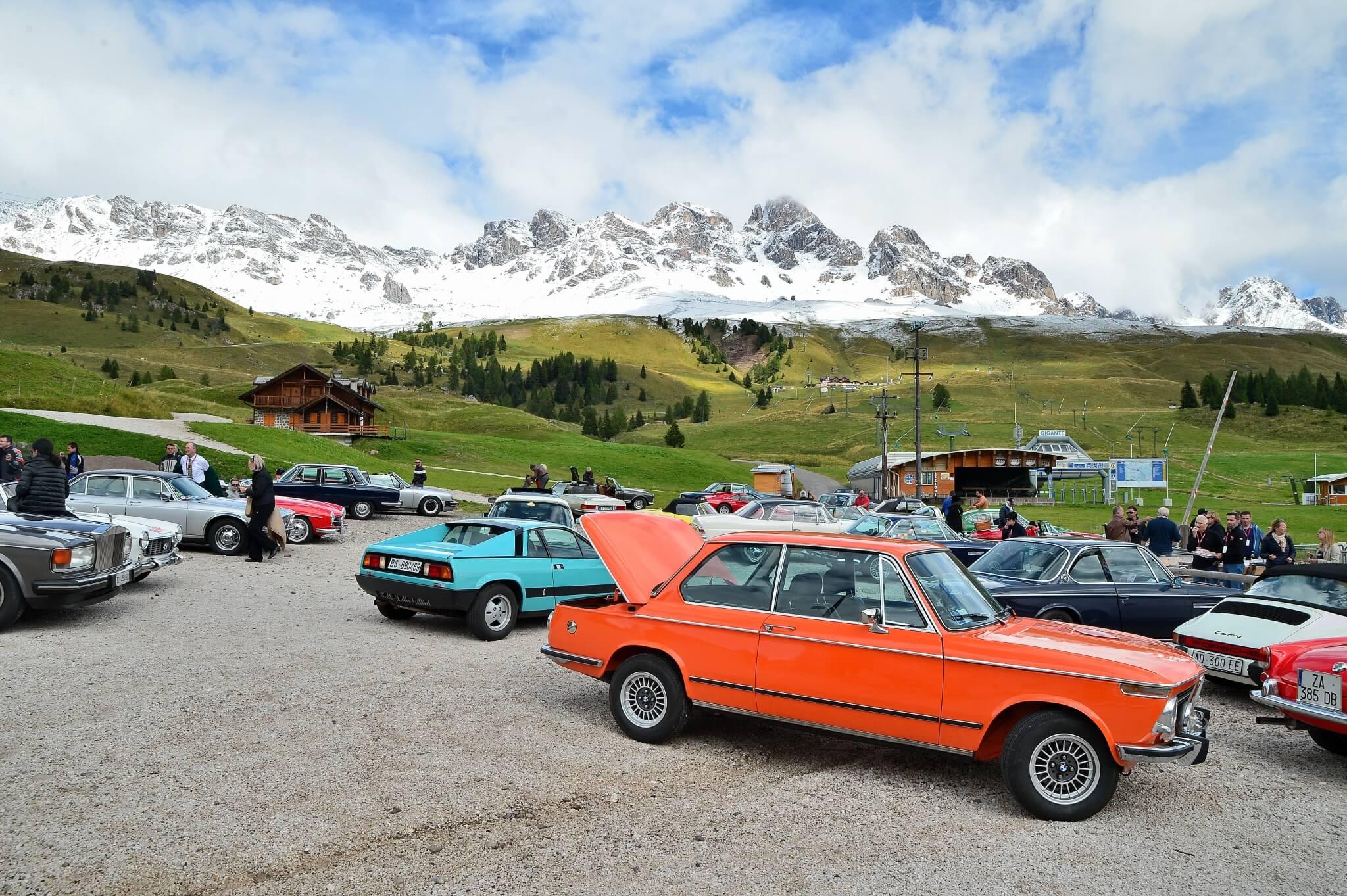 Bild auf Oldtimer mit Bergen im Hintergrund